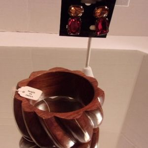 Nwt  Wooden Bracelet & lovely earrings. L38-3